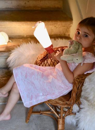 Petite fille avec des lampes nomades Polochon & Cie
