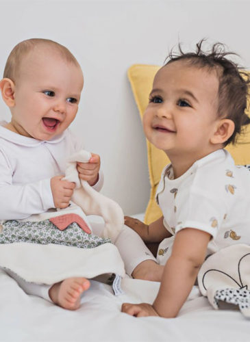 Bébés avec un doudou plat et un coussin colère jaunes Juste Inséparables