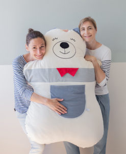 Les créatrices de Juste Inséparables, Valentine et Véronique, avec un doudou géant ours