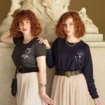 Deux jumelles portant des sweat et tshirt Leonor Roversi
