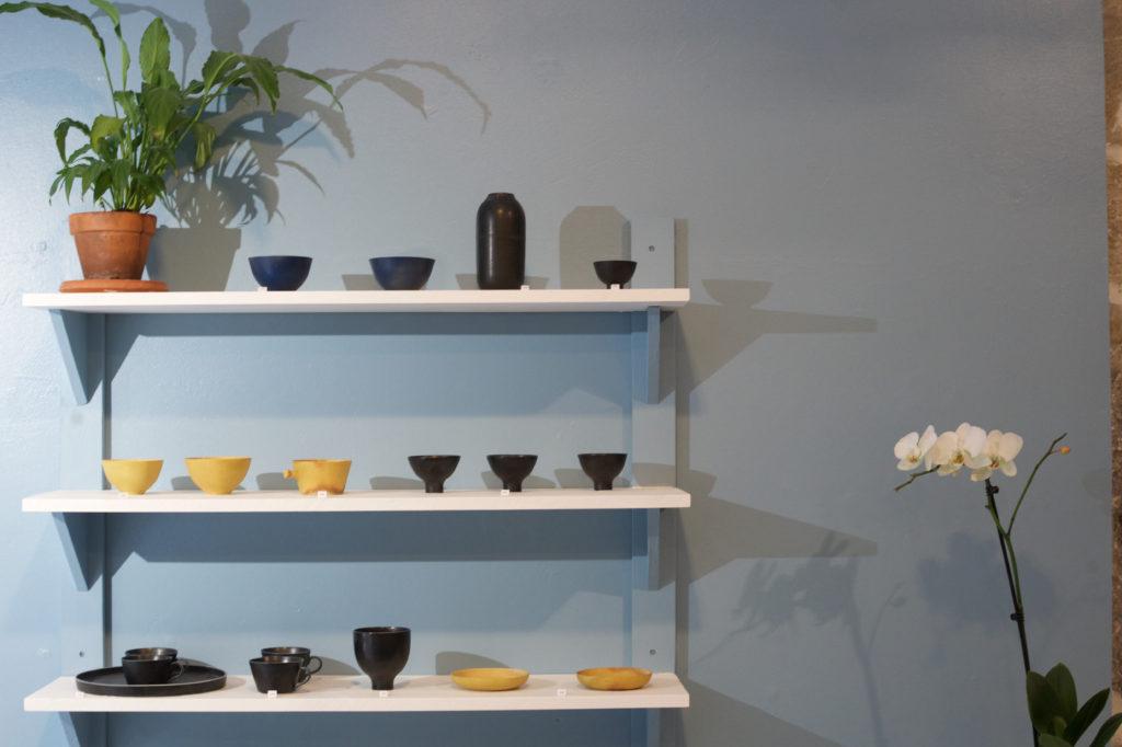 Petits bols de Cica Ceramics disposés sur 3 étagères das l'atelier-boutique, Passage Thiaffait