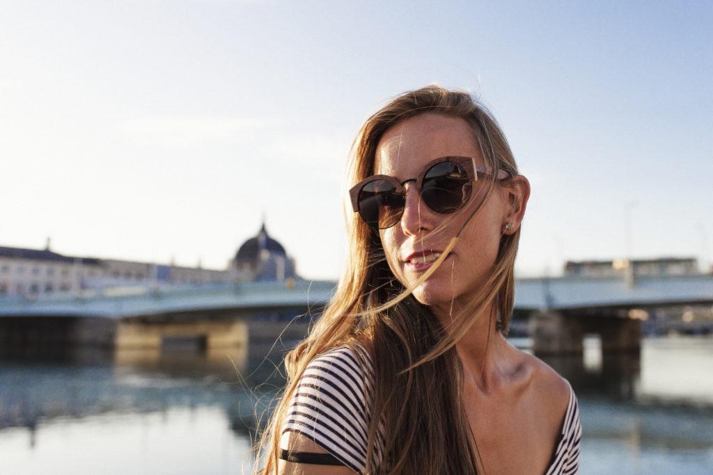Femme qui porte des lunettes en bois