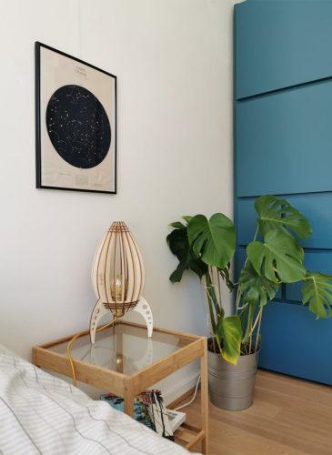 Lampe fusée en bois Atelier Loupiote dans une chambre d'enfant
