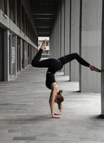Femme qui fait du yoga en tenue NOSC