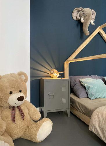 Lampe avion Atelier Loupiote dans une chambre d'enfant