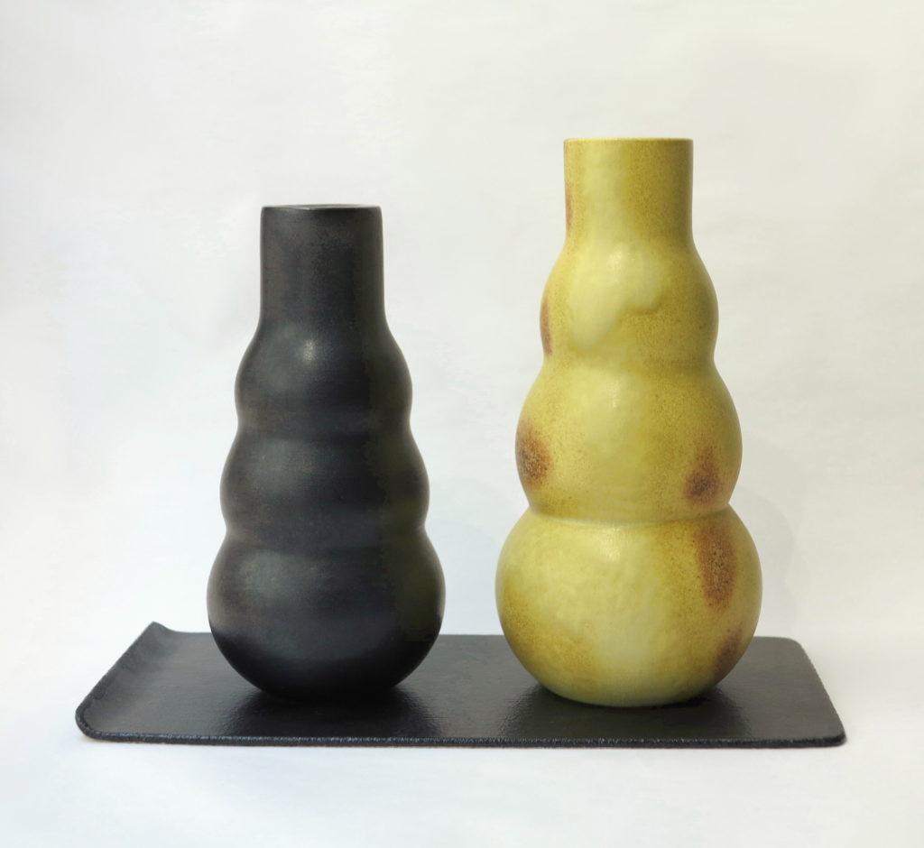 Vases jaune et noir sur un plateau Cica Gomez Ceramics