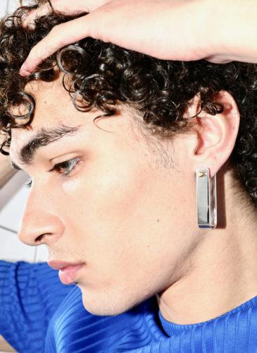 Boucle d'oreille nu atelier portée par un homme
